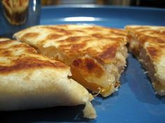 Esta receta mexicana muy popular es del estado de Campeche. Ingredientes: para 6 personas 500 g masa de maíz 300 g queso rallado 50 g fécula de maíz 1 cucharada de sal 2 cebollas picadas 1/2 taza de leche 1/2 taza de leche Epazote Mantequilla Preparación: Para preparar las quesadillas se debe mezclar la masa,… Meat Recipes, Mexican Food Recipes, Appetizer Recipes, Snack Recipes, Cooking Recipes, Snacks, Yummy Recipes, Pizza Ring, Mexican Finger Foods