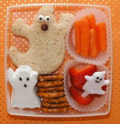 These spooktacular treats will leave your kids howlin' for more! (Get other ideas with these 48 edible crafts from Cute Food For Kids)