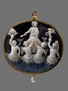 Camée d'Actium 27 av. J.C. Sardoine à 3 strates Monture moderne ( XVIIe siècle) en Or,Émaux et Perle. Crédit Agence Kalima