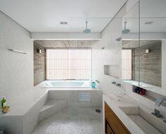 baie vitrée le long de la baignoire