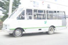 Microbus pasándose el alto