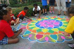 Mandala con tiza y arena de color.
