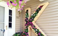 I love these creative DIY vertical garden ideas. Whether you want to use pallets, create a freestanding vertical garden or build a wall, there are lots of ways to create an outdoor vertical garden. Jardin Vertical Diy, Vertical Garden Diy, Vertical Planter, Vertical Storage, Design Jardin, Garden Design, Diy Planters, Planter Boxes, Succulent Planters
