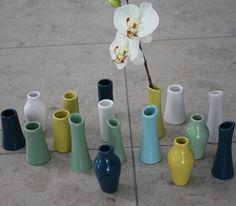 Vældig mange vaser, til en farverig borddækning