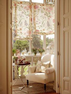 A Shabby Chic Living Room – Decorating On a Budget – Shabby Chic News Interior Exterior, Home Interior, Interior Decorating, Interior Design, Cozy Nook, Cozy Corner, Sweet Corner, Home Living, Living Spaces
