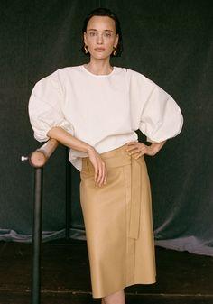 3 Blusen-Trends, die Komfort und Chic 2021 im Homeoffice-Outfit vereinen Lanvin, Victoria Beckham, Christian Dior, Business Mode, Denim Look, Summer Blouses, Boss Lady, Neue Trends, Normcore