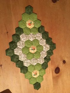 Layout idea: 3 flowers combo in a diamond shape Hexagon Patchwork, Hexagon Quilt, Quilt Blocks, Patch Quilt, English Paper Piecing, Table Runners, Cute Quilts, Mini Quilts, Christmas