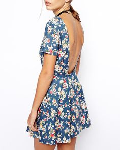 Une robe dos-nu vintage avec un imprimé fleuri, sur une peau halée !
