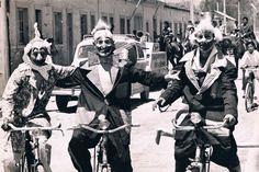 En 1953, se crea en Copiapó el Circo Minero en el que participaron estudiantes provenientes del Grado Oficios, Técnico y de la Universidad Técnica del Estado. Los actos circenses incluían trapecio, caminata en el alambre y pruebas de equilibrio, entre otros. En la fotografía, Dick Saa, Alfredo Bown y Tomas Ireland. Fictional Characters, Students, Degree Of A Polynomial, University, Wire, Historia, Fantasy Characters