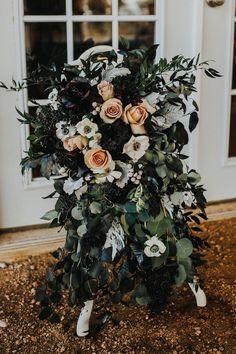 Gallery - How To Have A Dark And Dramatic Themed Wedding Halloween Wedding Flowers, Romantic Wedding Flowers, Rose Wedding, Dream Wedding, Wedding Stuff, Wedding Ideas, Halloween Ball, Eucalyptus Wedding, Dark Winter