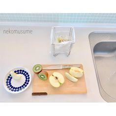 """@neko_musume on Instagram: """"私のいつものポジション。 ニトリのポリ袋スタンドは必需品です。 ここに生ごみをポイポイ入れて、料理が終わると捨てます。  畳んでコンパクトに収納もできるし、ペットボトルを干したりもできます。  優秀です!! 超おすすめ!! #おすすめ商品 #便利グッズ #ニトリ #ポリ袋スタンド"""" Bath Caddy, Plastic Cutting Board, Cleaning, Home Cleaning"""