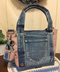 Bags & Handbag Trends: # jeans reform # bags # jean # putting - Home PageJean scrap bag with lace!denim and lace patchwork tote bagUse jeans scraps for this!Bags are looking so nice in fascinating oneself. Denim Tote Bags, Denim Handbags, Denim Purse, Denim Backpack, Blue Jean Purses, Diy Sac, Denim Crafts, Recycle Jeans, Recycled Denim
