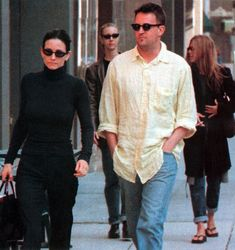 Courteney Cox, Matthew Perry, Lisa Kudrow and Jennifer Aniston out together in Los Angeles, 1998 Friends Tv Show, Friends Tv Quotes, Friends Cast, Friends Moments, Friends Series, Friends Season, Just Friends, Friends Forever, Chandler Bing