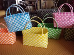 Plastic Baskets, Craft Bags, Basket Bag, Wire Weaving, Plastic Canvas, Macrame, Weave, Diy Crafts, Tote Bag