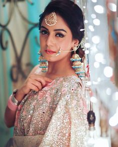 Indian brides love wearing bold and gorgeous maang tikkas. Here we share 15 maang tikka styles which Indian brides can don on their wedding day. Bridal Makeup Looks, Indian Bridal Makeup, Indian Bridal Outfits, Indian Wedding Jewelry, Bridal Looks, Bridal Style, Indian Jewelry, Wedding Makeup, Bridal Jewelry