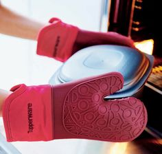Many oven gloves fail to live up to expectations but we think we've found the perfect solution – our superior silicone oven glove. The glove can withstand high temperatures and features an anti-slip design for safer transporting. Along with these excellent features, the silicone oven glove is waterproof, offering yet more protection. A must have addition to any kitchen.