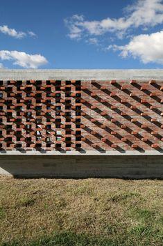 Gallery of Suburban House / Besonias Almeida Arquitectos - 16