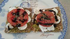 Mmm, frokost med mozarella, pesto og tomat
