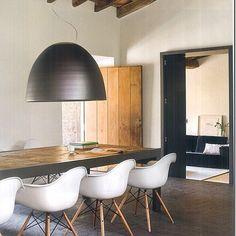 """Mesa em madeira e ferro sob medida. Casa """"La Gora"""" na Toscana, Itália. #architecture #arquitetura #arte #art #artlover #design #architecturelover #instagood #instacool #instadesign #instadecor #instadaily #projetocompartilhar #shareproject #davidguerra #arquiteturadavidguerra #arquiteturaedesign #instabest #instahome #decor #architect #criative #photo #decoracion #table #tabledesign #diningtable #toscana #italy"""