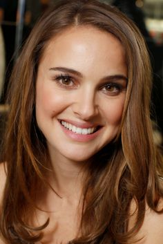 Where should you be parting your hair?: The side part The side part is also perfect for classic beauties like Natalie Portman, as it keeps the focus on her face. Natalie Portman Thor, Natalie Portman Star Wars, Natile Portman, Beautiful Celebrities, Most Beautiful Women, The Other Boleyn Girl, Jenifer, Actrices Hollywood, Hollywood Actresses