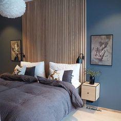 Akzentwand - der letzte Trend in der modernen Wandgestaltung - Akzentwand moderne Wandgestaltung Holzbretter beiderseits symmetrisch zwei Bilder Wandlampen Nachtti - Blue Headboard, Home Decor, Modern Master Bedroom, Modern Bedroom, Small Bedroom, Bedroom Wall, Blue Bedroom, Main Bedroom, Interior Design Bedroom