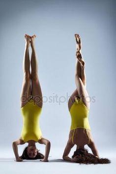 Dwóch młodych kobiet robi asan jogi Zdjęcie Stockowe