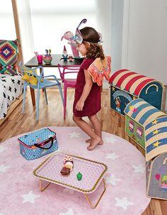 Quartinho da Valentina cheio de @mimootoysndolls e @amomooui, projetado pela arquiteta @gabiworks. A arquiteta seguiu princípios Montessorianos mas o que chama mesmo a atenção é o tapete rosa de algodão #Lorenacanalsrugs. Brinquedos, cadeiras e acessórios da Mimoo finalizaram os detalhes. #decoration #girlsroom #quartodemenina #home #modern #beautiful #montessoriano #paredecinza #candycolors #bedroom #kids #quarto #criança