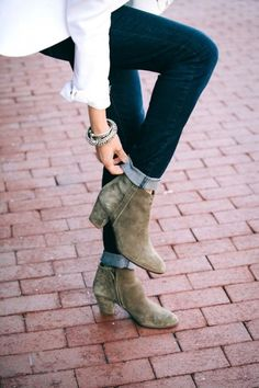 rolled jeans, tan booties and white blazer.
