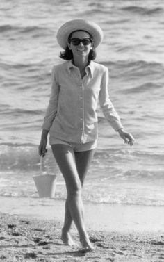 Take a look how Hollywood sirens Audrey Hepburn and Grace Kelly dressed for famous on-screen beach scenes, and what Jane Birkin and Brigitte Bardot wore in Cannes. Brigitte Bardot, Audrey Hepburn Mode, Celebrity Summer Style, Style Summer, Les Kennedy, Jackie Kennedy, Greta, Marlene Dietrich, My Fair Lady