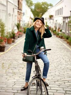 Sienna Miller : sublime égérie Caroll en looks chic et tendance Smart Casual Outfit, Casual Outfits, Cycle Chic, Style Sienna Miller, Elegante Y Chic, Street Style Vintage, Look Girl, Hipster Grunge, Bike Style