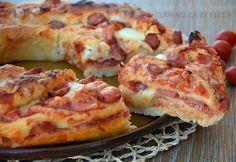 La ciambella di pizza è soffice e buonissima, perfetta da tagliare a fette e servire come antipasto o come secondo, è un finger food perfetto per le feste.