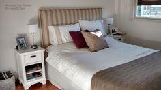 Respaldo tapizado en lino rayado beige y blanco con tachas oxidé, separadas entre sí. Hermoso o qué!? www.amoryquies.com
