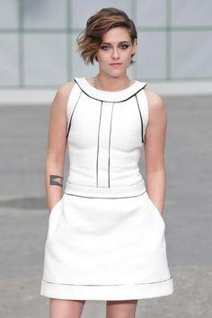 Wenn Karl die Kamera zückt, kommen sie alle. Kristen Stewart wird im Frühjahr für die neue Handtaschenkollektion von Chanel gemeinsam mit Alice Dellal und Vanessa Paradis Modell stehen. Klar, dass sie dann bei der Haute Couture Show in Paris in der ersten Reihe saß - in einem weißem Chanel Kleid.