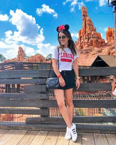 Eu amo colocar detalhes vermelhos no look quando vou pra Disney. Acho que tem tudo a ver com o Mickey e a Minnie...❤️ 🐭 E nessa roupa de… Disney World Outfits, Disney World Vacation, Disney Vacations, Disney Trips, Disneyland Outfit Summer, Disneyland Outfits, Disneyland Trip, Epcot, Disney Springs