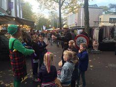 Het is gezellig druk op de week markt in #Zevenaar. Ook volop vermaak voor de kinderen! Vrijdag 30 oktober 2015. Via twitter @NielsDetmar.