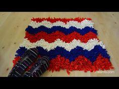 http://manualidades.facilisimo.com Aprovecha las camisetas viejas para hacer trapillo y con ello una alfombra de pelo como esta. ¡Aprende con este tutorial!
