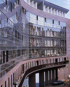 HANS KOLLHOFF_LUISENPLATZ La facciata in vetro scherma i giardini e le logge apribili d'estate