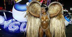 A rainha da bateria Cinthia Santos durante desfile da escola de samba Águia de Ouro.