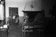 Bonzanigo. Bill e Pedro - ricostruzione dell'uccisione di Benito Mussolini: casa De Maria. Scorcio della cucina con la cameriera Ruggeri.