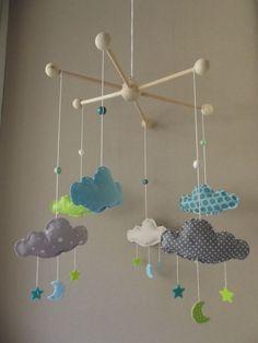 """Sur commande, Mobile """"Mes beaux nuages"""" avec étoiles et lunes, couleurs bleu clair, écru, vert anis : Chambre d'enfant, de bébé par floriane-s"""
