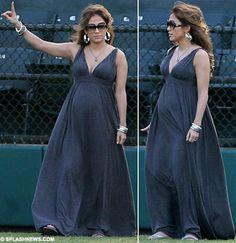 Jennifer Lopez shows off her enormous bump Jennifer Lopez Pregnant, Kim Pregnant, Kim Kardashian Pregnant, Celebrity Maternity Style, Maternity Fashion, Maternity Dresses, Maternity Clothing, Black Girl Prom Dresses, Mermaid Prom Dresses