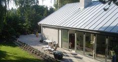 hus i nyt lys, Facade Gable Roof Design, Modern Barn House, Home Projects, Outdoor Decor, House Exteriors, Dream Houses, Decks, Karma, Industrial