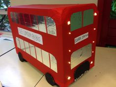 Suprise, een dubbeldekker uit London. Cardboard Bus, Cardboard Crafts, Bus Crafts, Europe Day, Art For Kids, Crafts For Kids, Big Red Bus, London Bus, Class Decoration