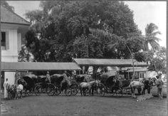 COLLECTIE TROPENMUSEUM Koetsjes voor het vervoer van gasten Hotel des Indes…