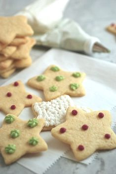 Is decorating sugar cookies a holiday tradition for you? If you'd like touse natural hues to tintyour frosting instead of artificial dyes, I've got two recipes to help you achieve red and green.  Yes, naturally colored frosting takes more time than squeezing dyesfrom a store-bought tube. ...
