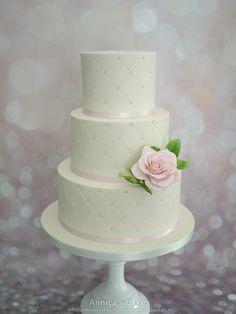 Bruidstaart capitonnering en roze roos.