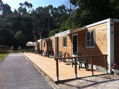 Exterior de los módulos del Camping Playa de La Franca Bungalows (Asturias)