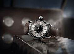 Equipped with a rotating internal dial and longitude indication (degrees and minutes of arc), the Lindbergh Hour Angle watch is lovingly re-issued, faithful to the original to the nth degree
