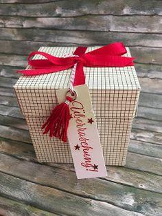 """und noch ein Geschenk  Das """"Tin of Tags"""" Projektset war einer meinerLieblinge im Weihnachtskatalog - ich habe die ganzen Anhänger schon im Herbst gebastelt und kann sie jetzt ganz entspannt an dieGeschenke hängen. So gut war ich noch nie vorbereitet :-)   Apropos Vorbereitung: ich hätte da noch eineMaterialliste vorbereitet :-)  Geschenk Weihnachten"""