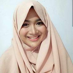 Image may contain: 1 person, closeup Girls In Love, Sweet Girls, Hijab Niqab, Face Photography, Beautiful Hijab, Muslim Women, Covergirl, Hijab Fashion, My Girl